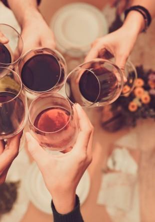 Cele mai delicioase cine cu prietenii încep cu un vin bun!