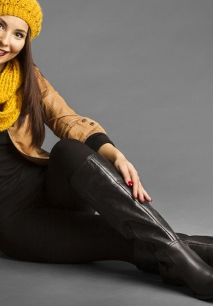 Cum să porți cu stil cizmele negre și lungi