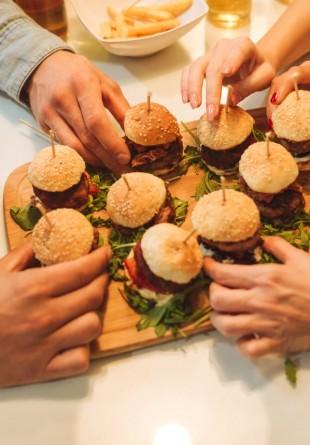 Paste sau hamburger - ce răsfăț alegi pe ziua de azi?