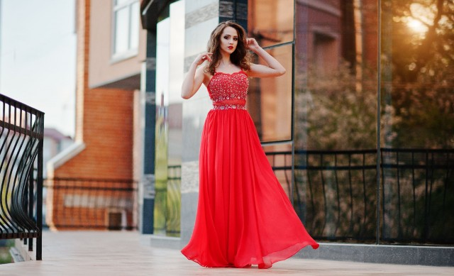 GHID DE STIL Cum accesorizezi rochiile de seara colorate
