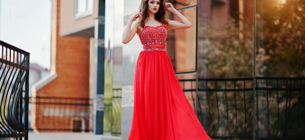 GHID DE STIL: Cum accesorizezi rochiile de seară colorate?